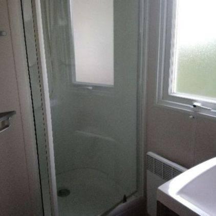 Salle d'eau avec douche et vasque