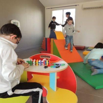 Le camping dispose d'une salle de jeux entièrement dédiée aux enfants