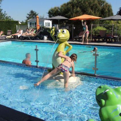 La piscine extérieure a une partie partie pataugeoire peu profonde spécialement pour les enfants avec jeux d'eau et banquettes à bulles