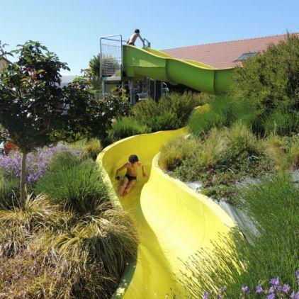 Pour profiter des vacances en Vallée de La Loire près de Tours, le Camping l'Arada Parc de Sonzay a installé un toboggan aquatique pour le plaisir de toute la famille