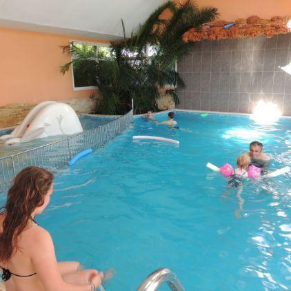 Le Camping l'Arada Parc, 4 étoiles en Indre-et-Loire, propose aussi l'accès à sa piscine intérieure chauffée