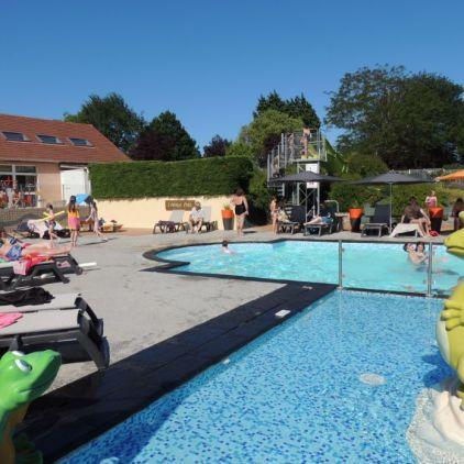 La piscine extérieure chauffée du camping l'Arada Parc dans la région des châteaux de la Loire vous permettra de profiter des plaisirs de l'eau